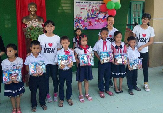 Thành viên CLB Từ thiện Nguyễn Bỉnh Khiêm tặng quà học sinh có hoàn cảnh khó khăn.