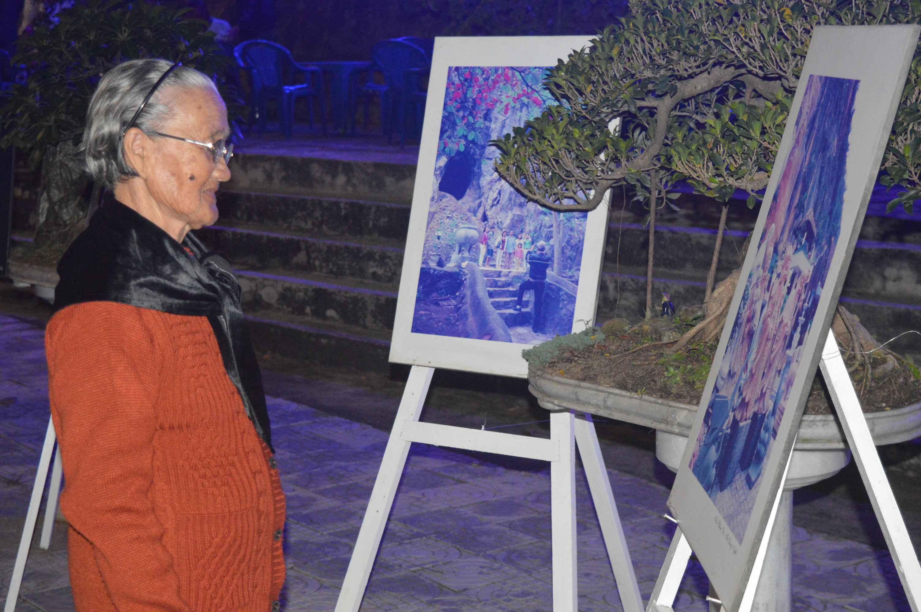 Người dân xem triển lãm ảnh về danh thắng Ngũ Hành Sơn. Ảnh: Q.T