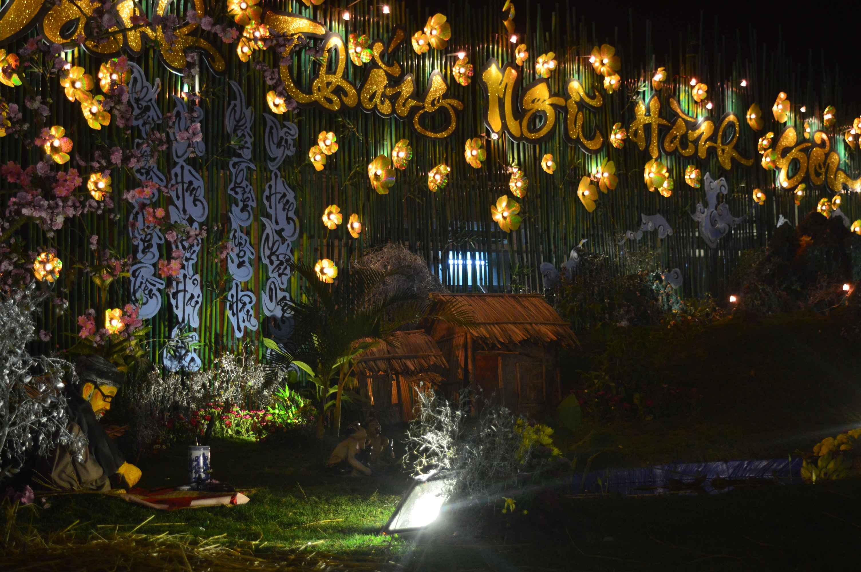 Khu vực danh thắng Ngũ Hành Sơn được trang trí bắt mắt hơn vào dịp lễ hội Quán Thế Âm. Ảnh: Q.T