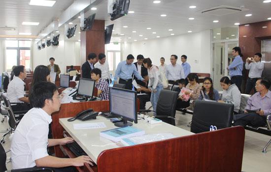Người dân và doanh nghiệp đến giao dịch tại Trung tâm Hành chính công và xúc tiến đầu tư tỉnh. Ảnh: VĂN HÀO