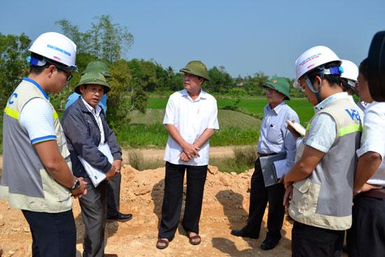Phó Chủ tịch Thường trực UBND tỉnh Huỳnh Khánh Toàn kiểm tra, chỉ đạo tháo gỡ mặt bằng tại Thăng Bình.  Ảnh: C.TÚ