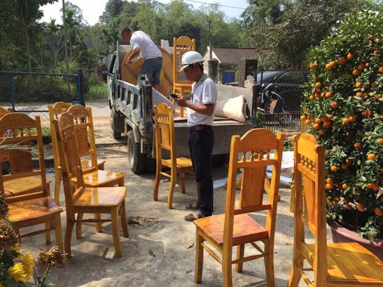 Hỗ trợ di dời nhà cửa, vật dụng cho hộ bà Phạm Thị Bông, ở xã Tam Thái.