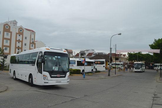 Đã đến lúc cấm ô tô chở khách có trọng tải lớn vào nội thị Hội An. Ảnh: V.LỘC