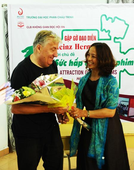Đạo diễn Heinz Henmanns nhận hoa và xúc động khi mọi người yêu quý mình. Ảnh: MINH HẢI