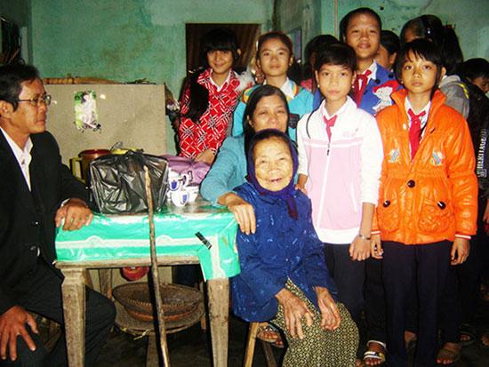 Học sinh Trường THCS Trần Phú thăm gia đình chính sách. Ảnh: Đ.D