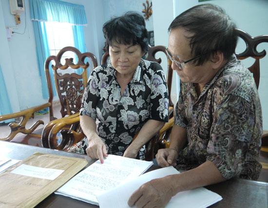Gia đình ông Phạm Đăng Bính với bộ hồ sơ trước khi gửi ra Hà Nội. Ảnh: HỒNG VÂN