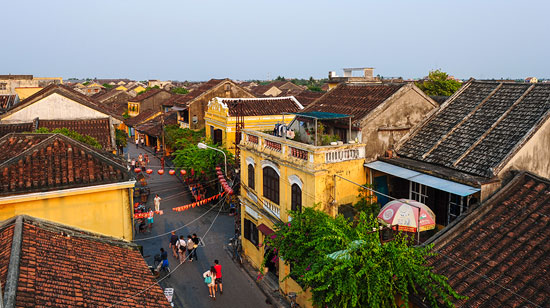 Du lịch phát triển tạo ra nhiều áp lực lên đô thị Hội An. Ảnh: HỮU PHÚC