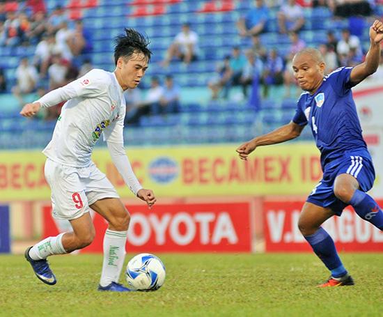 Văn Toàn (bên trái) đi tìm bàn thắng đầu tiên tại V-League năm nay.Ảnh: ANH SẮC