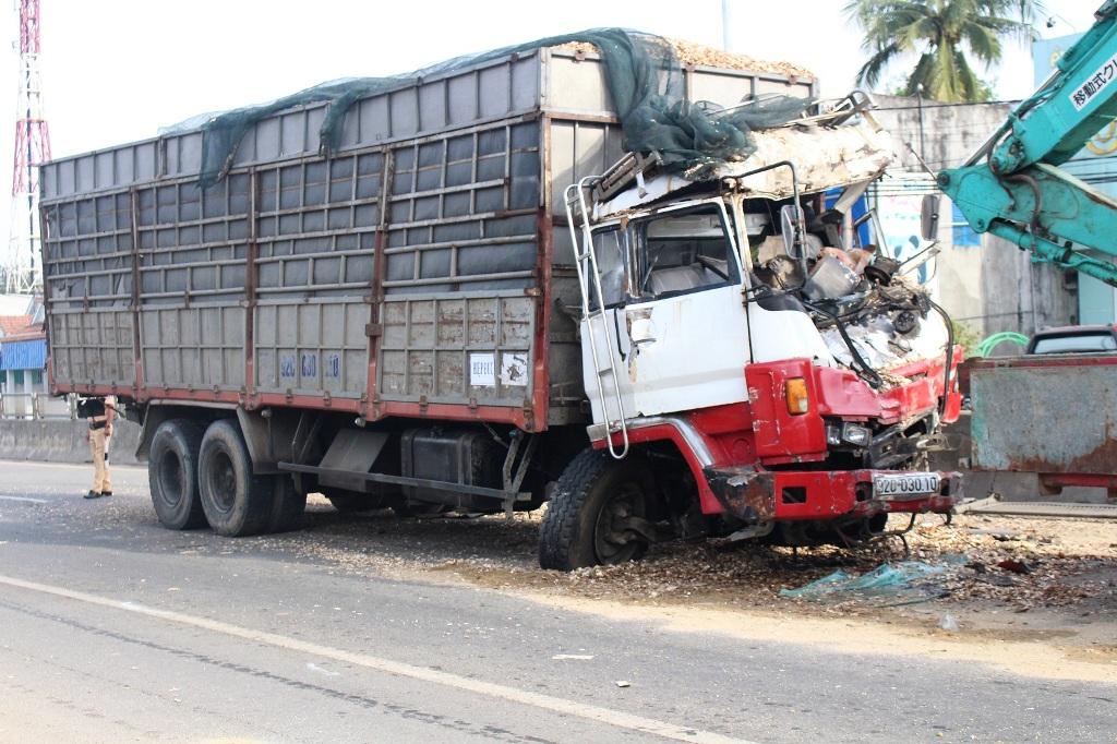 Vụ tai nạn khiến xe tải bị biến dạng, tài xế bị thương được đưa đi cấp cứu. Ảnh: Đ.C