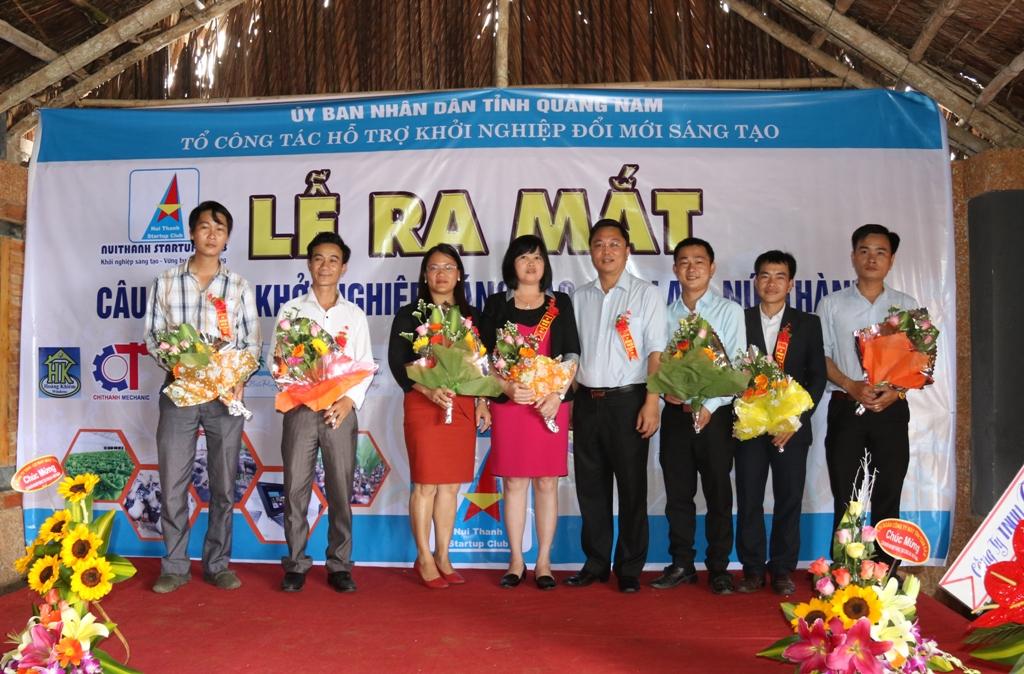 Phó Chủ tịch UBND tỉnh Lê Trí Thanh tặng hoa cho các thành viên Ban chủ nhiệm CLB nhân lễ ra mắt. Ảnh: T.C