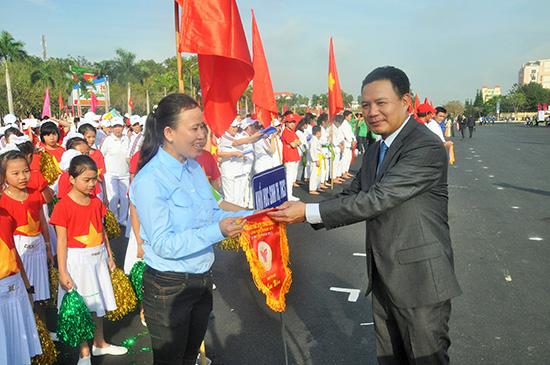 Phó Chủ tịch UBND tỉnh Lê Văn Thanh tặng cờ lưu niệm cho đại diện các địa phương của TP.Tam Kỳ. Ảnh: VĂN BÌNH