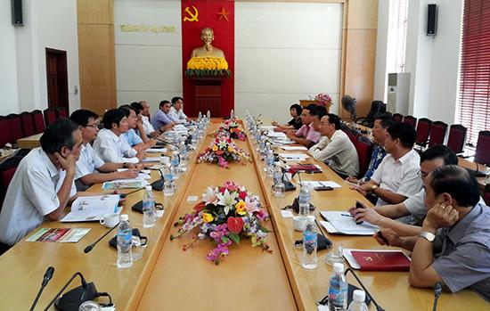 Đoàn cán bộ TP.Tam Kỳ tham quan, học tập mô hình Trung tâm Hành chính công của TP.Hạ Long, tỉnh Quảng Ninh.  Ảnh: HOÀNG BIN