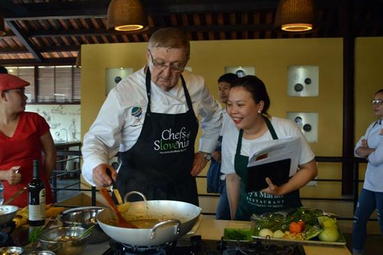 Các đầu bếp Quốc tế trình diễn chế biến các món ăn truyền thống của dân tộc mình