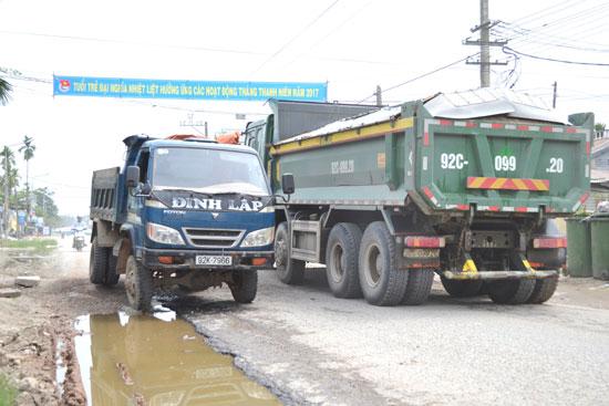Xe chở cát gây ra nhiều hệ lụy cho hạ tầng giao thông qua địa bàn Đại Lộc. Ảnh: N.BÍCH