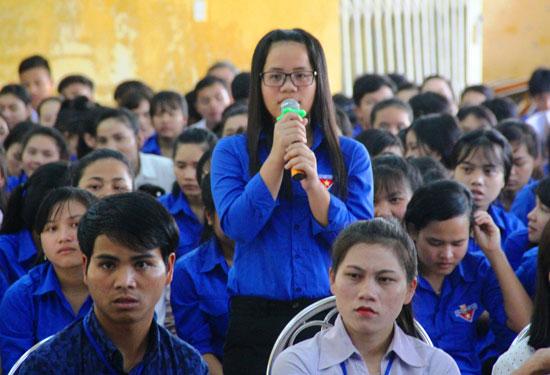 Rất đông các thầy cô và học sinh Trường Phổ thông DTNT tỉnh tham dự buổi giao lưu hướng nghiệp với cựu học sinh. Ảnh: ĐĂNG NGUYÊN