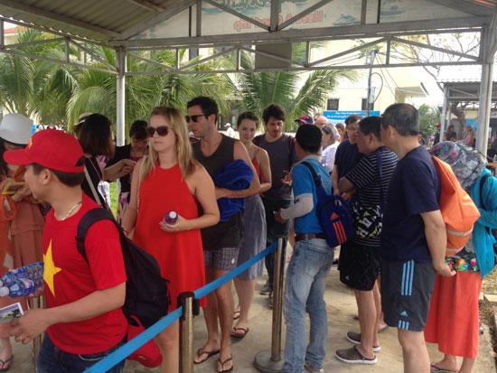 Du khách đi Cù Lao Chàm mua vé với giá quy định tại cảng Cửa Đại.