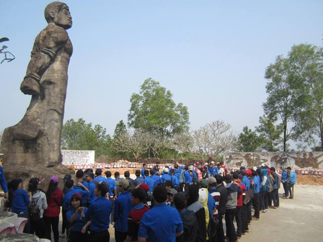 ĐVTN huyện Duy Xuyên hành quân về nguồn tại tượng đài Vĩnh Trinh. Ảnh: ML