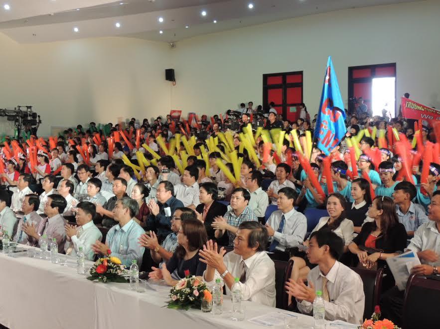 Thầy cô giáo, các em học sinh và khán giả cổ vũ tich cực