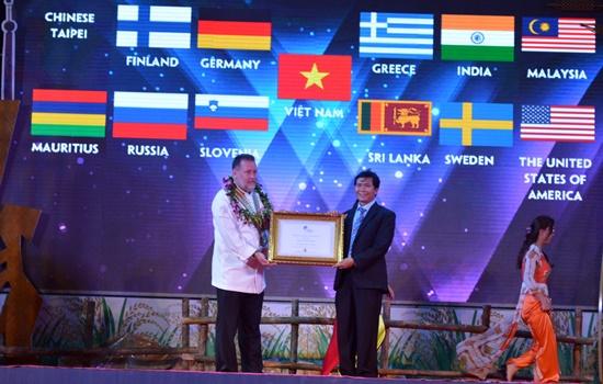 """ông Thomas Andeas Gugler - Chủ tịch Hiệp hội đầu bếp thế giới đã trao giấy chứng nhận """"Hội An – Thủ phủ ẩm thực của Việt Nam"""" cho lãnh đạo thành phố Hội An."""