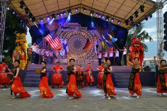 Nhiều chương trình văn hóa nghệ thuật đặc sắc cũng diễn ra trong đêm khai mạc Liên hoan