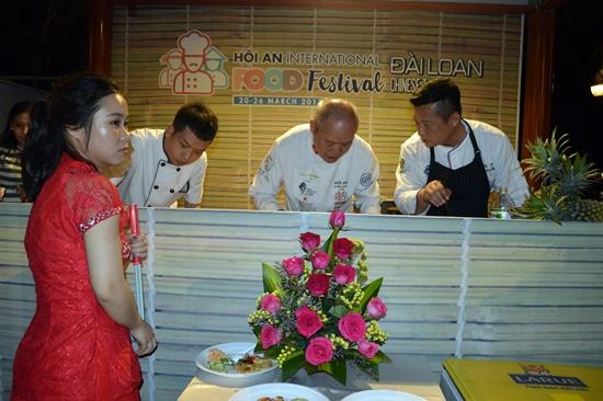 Đích thân đầu bếp Đài Loan chế biến món ăn phục vụ khách