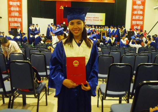 Cô giáo Nguyễn Thị Hoàng Thu luôn tâm huyết truyền nghề cho học viên.Ảnh: N.D