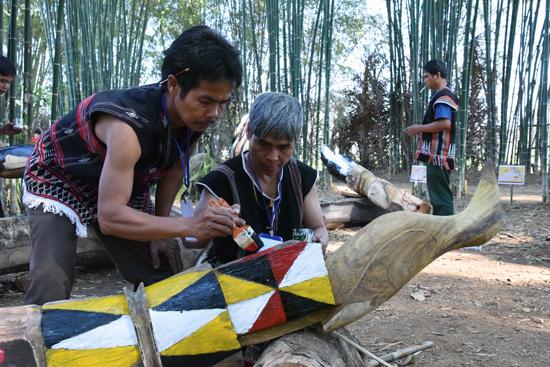 Nghệ nhân Pơloong Tư và nghệ nhân Zơrâm Dư đang hoàn thiện tác phẩm con chim Jắt.