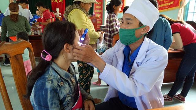 Khám bệnh cấp phát thuốc cho nhân dân. Ảnh: N.C