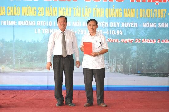 Phó Chủ tịch Thường trực UBND tỉnh Huỳnh Khánh Toàn trao quyết định công nhận công trình chào mừng 20 năm tái lập tỉnh. Ảnh: CT