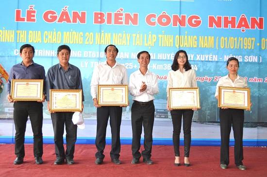 Phó Chủ tịch HĐND tỉnh Võ Hồng trao bằng khen cho 5 tập thể xuất sắc. Ảnh: CT