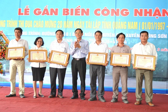 Trưởng ban Tuyên giáo Tỉnh ủy Nguyễn Chín trao bằng khen cho 6 cá nhân xuất sắc. Ảnh: CT