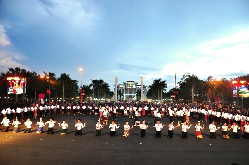 Sinh viên Lào tham gia biểu dương lực lượng tại ngày hội
