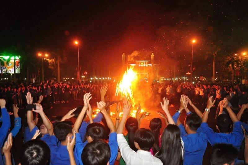 Kết thúc ngày hội là hoạt động sinh hoạt lửa trại sôi động, thu hút hàng ngàn bạn trẻ tham gia