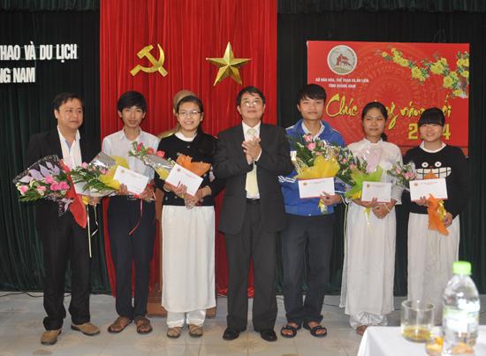Nguyên Bí thư Tỉnh ủy Nguyễn Đức Hải cùng các học sinh đoạt giải kỳ thi HS giỏi quốc gia năm học 2013-2014 tại buổi lễ tuyên dương, khen thưởng do UBND tỉnh tổ chức.