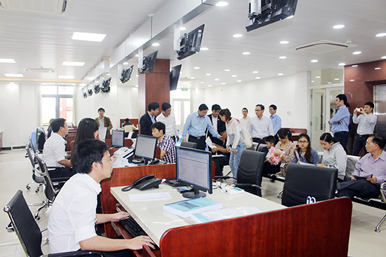 Đại diện doanh nghiệp giải quyết thủ tục hành chính tại quầy Sở Kế hoạch - đầu tư. Ảnh: VĂN HÀO