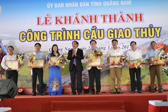 Chủ tịch UBND tỉnh Đinh Văn Thu tặng bằng khen cho các tập thể xuất sắc. Ảnh: C.TÚ