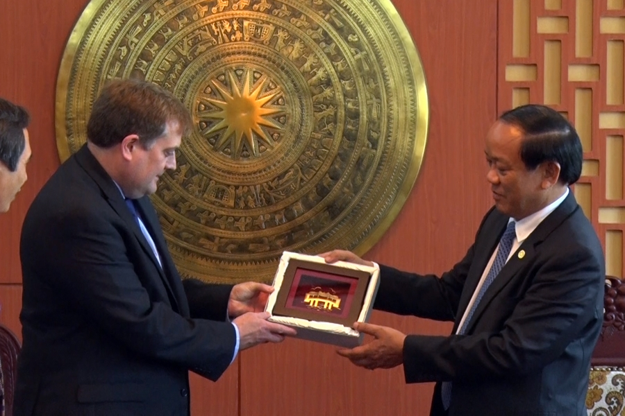 Chủ tịch UBND tỉnh Đinh Văn Thu tặng quà lưu niệm cho ông Greg M. Smith - Chủ tịch, Tổng Giám đốc tập đoàn Exxon Mobil. Ảnh: Đ. ĐẠO