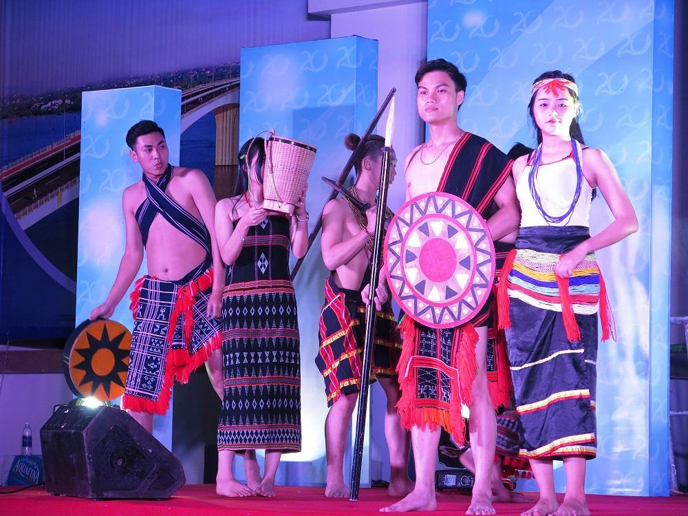 Trình diễn trang phục truyền thống các dân tộc trên địa bàn tỉnh