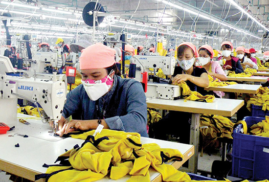 Garment workers in Dong Que Son industrial park. Photo: NGUYEN SU