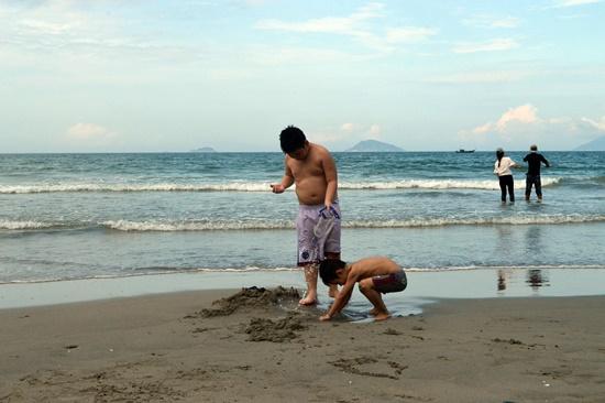Trẻ em nô đùa trên bài biển Cửa Đại, điều tưởng như khó có vài năm trước đây