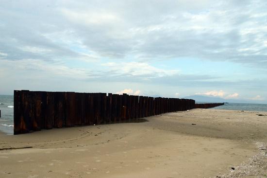 Phía nam bờ kè Larsen cát càng bồi  nhiều hơn