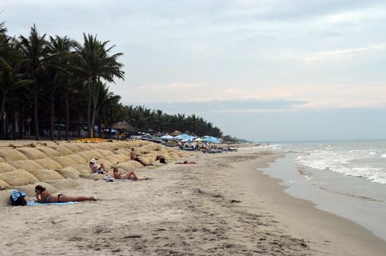 Du khách nghỉ ngơi trên bờ biển Cửa Đại
