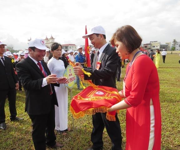 Lãnh đạo huyện trao tặng cờ lưu niệm cho các đơn vị tham gia đại hội và hội thao cấp huyện. Ảnh: HOÀNG LIÊN