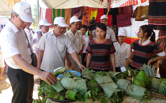 Hàng nông sản được tiêu thụ mạnh tại hội chợ. Ảnh: H.T