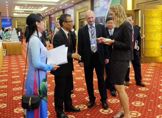 Nhà đầu tư quốc tế trao đổi bên lề hội nghị. Ảnh VĂN HÀO