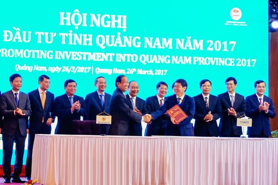 Đại diện doanh nghiệp ký kết hợp tác với tỉnh Quảng Nam. Ảnh: PHƯƠNG THẢO