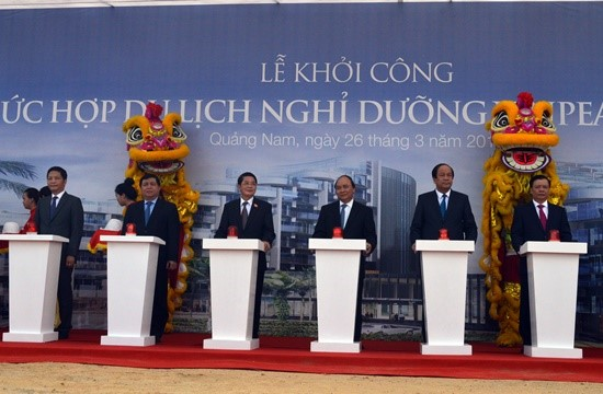 Prime Minister Nguyen Xuan Phúc (center) pressing the red button to start the project.