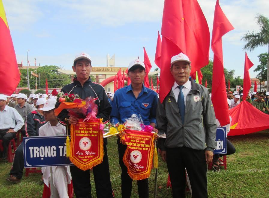 Lãnh đạo huyện tặng cờ lưu niệm và hoa cho đại diện các đơn vị tham gia. Ảnh: HOÀI NHI