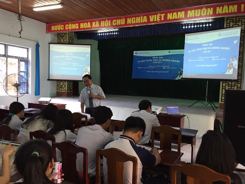 Quang cảnh buổi tư vấn tuyển sinh tại trường THPT Trần Quý Cáp. Ảnh: Q.T