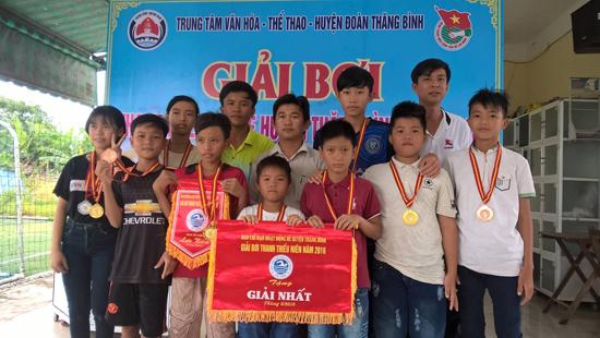 Anh Việt (áo xám trắng) cùng đoàn vận động viên tham gia giải bơi thanh thiếu niên huyện Thăng Bình năm 2016. Ảnh: Nhân vật cung cấp